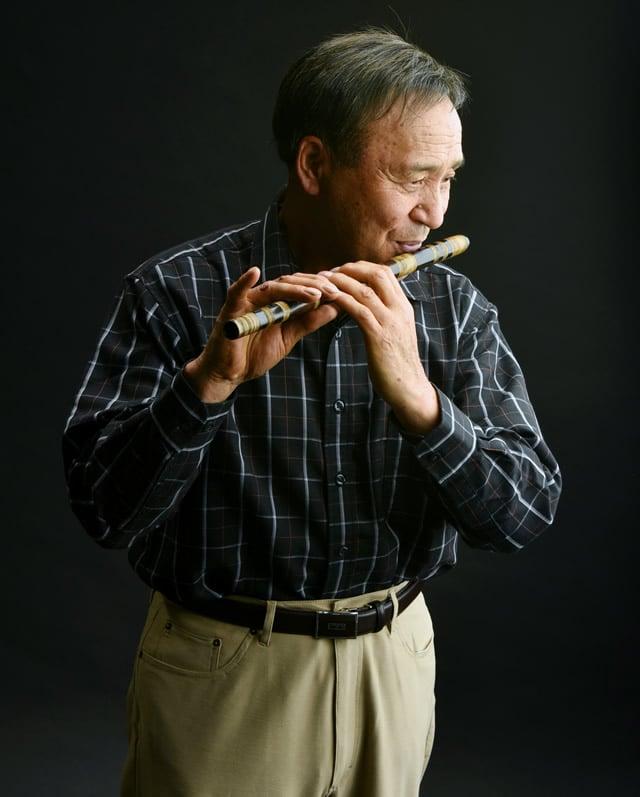 篠笛を吹く増山
