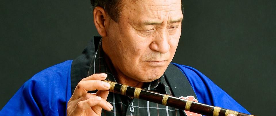 篠笛の調整をしている増山