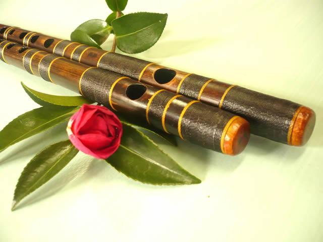 笹の上にある篠笛