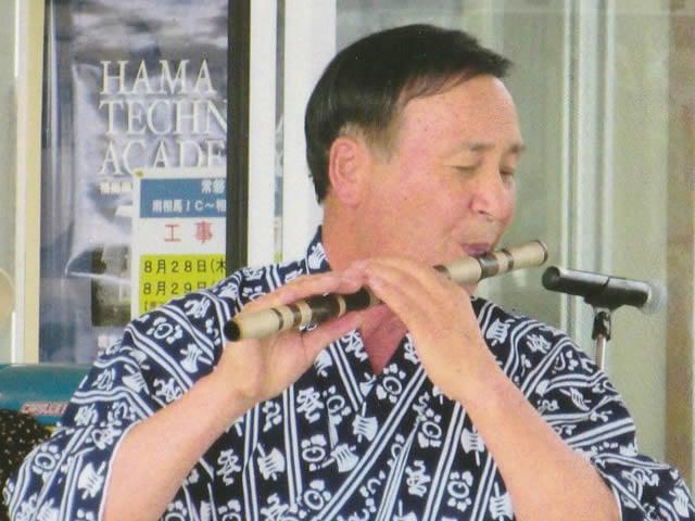 篠笛を吹いている増山