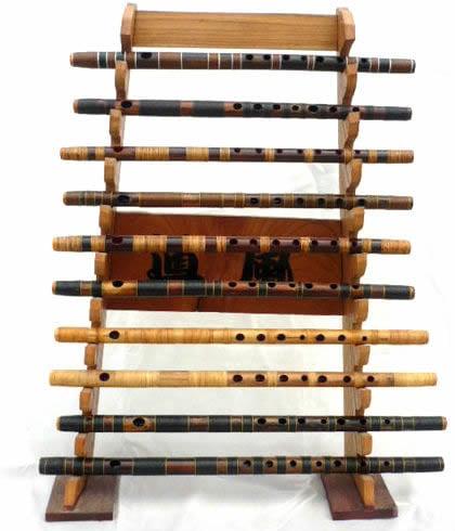 篠笛が十本笛架けに並んでいる